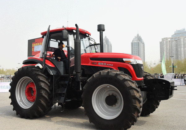 Renoman, a large tractor featuring an automatic-driving system, shining in Zhengzhou City.